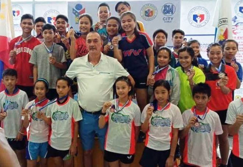 BACOLOD. PSC Visayas leg table tennis medalists with Commissioner Ramon Fernandez. (Paul Puentespina)