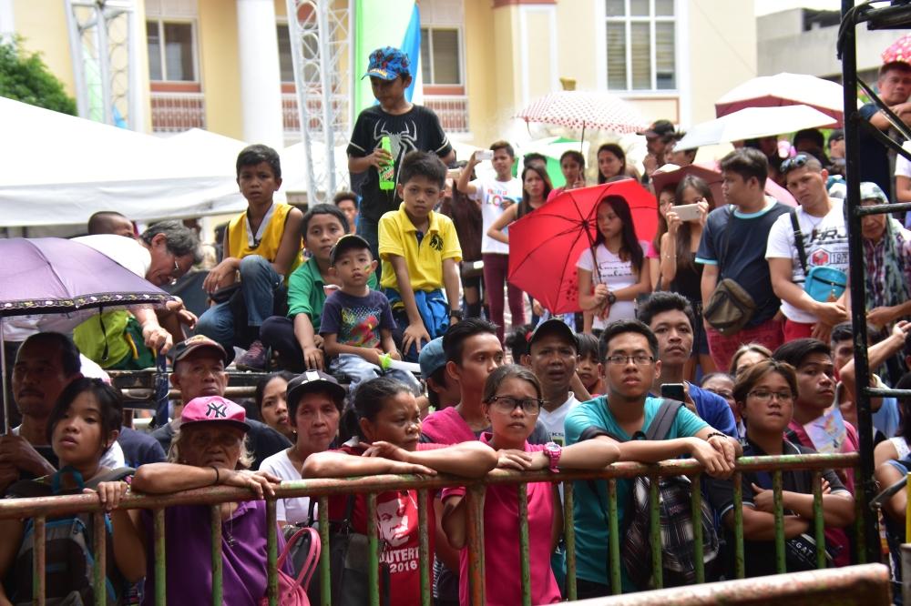 """DAVAO. Madasigong nanan-aw sa Indak-Indak sa Kadayawan ang pipila ka Dabawenyo sa San Pedro Square, Davao City, Sabado, Agosto 18. Garbo sa Dabawenyo ang kasaulogan nga gitawag nga """"Festival of All Festivals"""" sa nasud. (Macky Lim)"""