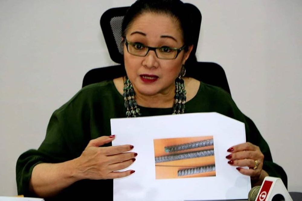 Former Senator Nikki Coseteng shows photos of QT/TMT steel bars during Friday's Balitaan queng Bale Balita with CAMI and PPC officers. Coseteng wrote a letter to President Duterte seeking a probe in this QT/ TMT steel bars being used in high rise building and government infrastructures. (Chris Navarro)