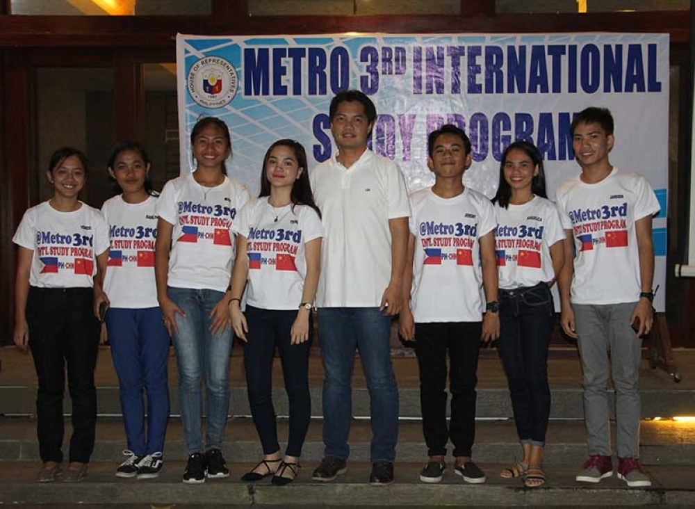 The seven recipients of the free study program with Third Representative (Alfredo Benitez)