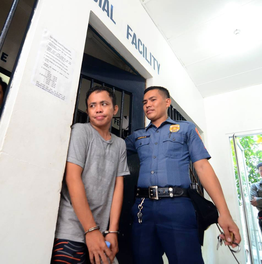 "Nasakmit. Si Reinhard Baring Moreno (wala), alyas ""Nard"", 29, taga Upper Kawayan, Barangay Sambag 2, siyudad sa Sugbo nadakpan sa buy bust operation kagahapon sa kapulisan sa Abellana Police Station sa Cebu City Police Office. (Alan Tangcawan)"