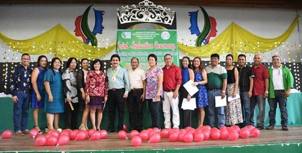 BACOLOD. Bacolod City Mayor Evelio Leonardia inducts the officers of the Bacolod City National High School General Alumni Association for 2018-2019 during the joint induction ceremony at the school's Arts Center recently. (Photo courtesy of Bacolod City PIO)