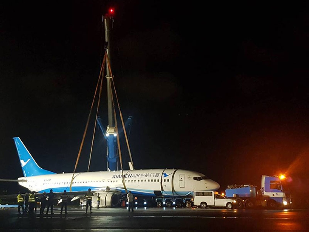 MANILA. A high-capacity telescopic crane is used to lift the disabled Xiamen Air aircraft out of the muddy area of the Ninoy Aquino International Airport (NAIA) international runway on Saturday, August 18, 2018. (Photo from NAIA-MIAA Facebook)