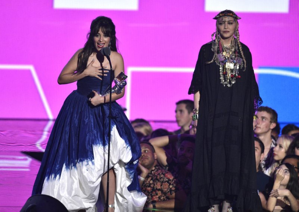 Surprise! Camila Cabello (left) wins the biggest award of the night—video of the year—presented by Madonna (right). The Queen of Pop drew some flack during her tribute to the late Queen of Soul Aretha Franklin, as Madonna made it about herself. (Foto / AP)