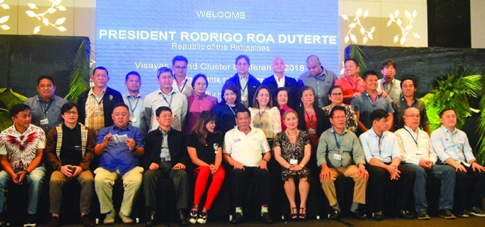 MAYORS. President Rodrigo Duterte (center) joins Cebu mayors for a photo in the League of Municipalities of the Philippines Visayas Island Cluster Conference in Radisson Blu Hotel. (SunStar photo / Amper Campaña)