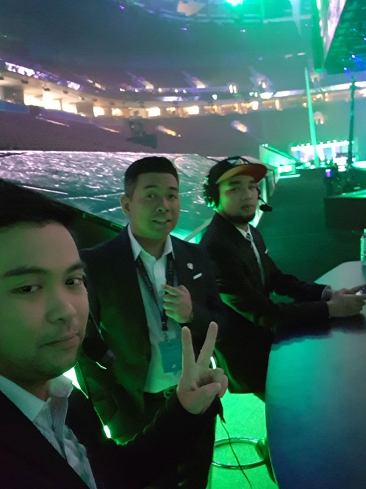 CANADA. Cebuano esports caster Paolo Bago (left) takes a groufie with fellow casters Marlon Marcelo and Aldrin Pangan at the Philippines broadcast table at the TI8 at Rogers Arena in Vancouver, Canada on August 23, 2018 (Philippine time). (Photo by Paolo Bago)