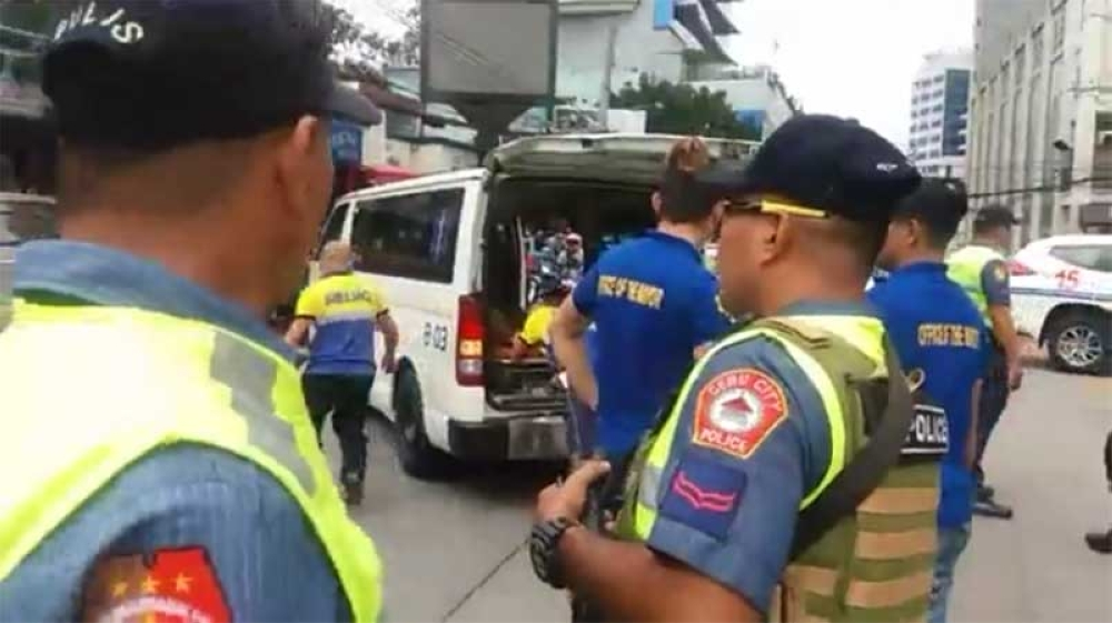 Police and rescue personnel respond to an alarm of a police officer and a mentally ill person ended up hurt after the latter hit the police with stone and the uniformed personnel strike back by shooting his leg to immobilise him. (Photo grabbed from Johanna Marie O. Bajenting)