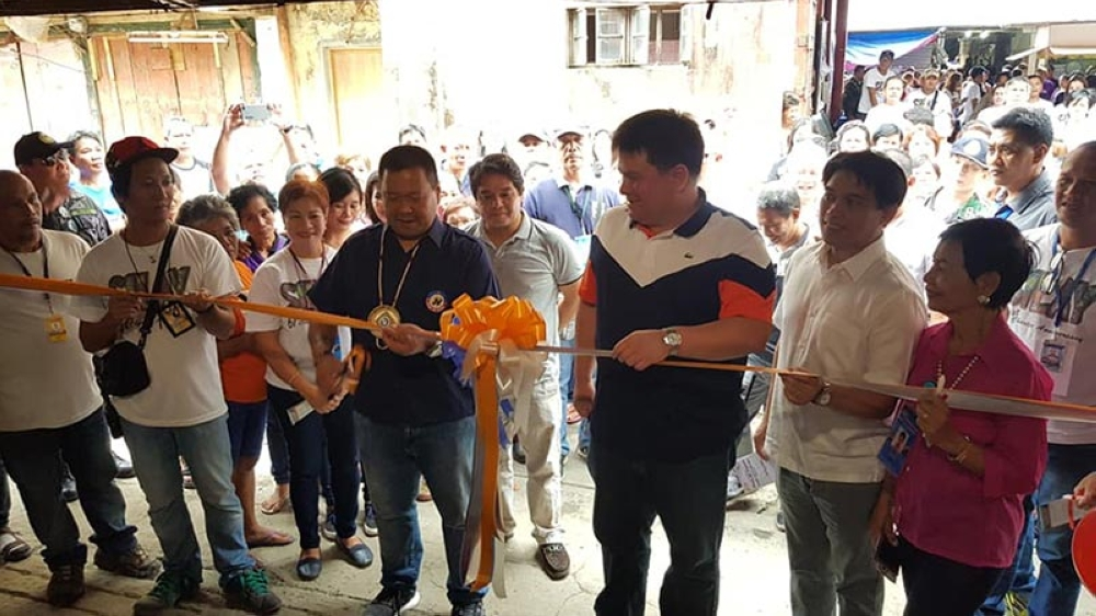 Senator JV Ejercito graces the blessing and inauguration of the newly-renovated wet section of the Silay City public market Friday, September 7, 2018, with Silay City Mayor Mark Andrew Golez and the people of Silay City. (Carla Cañet)