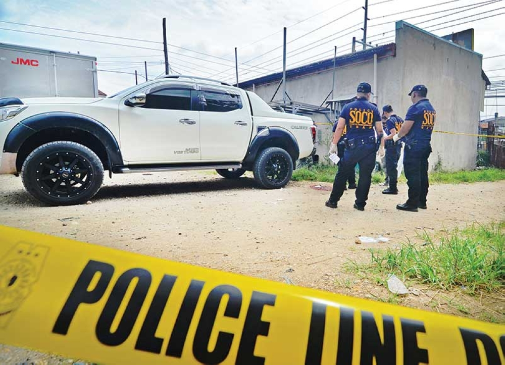 ANOTHER ATTACK. Police officers cordon off the area where 56-year-old Johnson Chiaoco was killed. (SunStar photo/Alan Tangcawan)