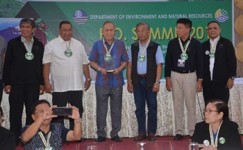 ILOILO. Governor Arthur Defensor, Sr. receives the Environmental Hall of Fame Award from the Department of Environment and Natural Resources (DENR) on Thursday, September 13, 2018) during the People's Organization Summit at Diversion 21 Hotel. From left: Asst. Regional Director (ARD) Jesse Vego, Regional Director Jim Sampula, Gov. Defensor, DENR Usec. Rodolfo Garcia, ARD Livino Duran and PENRO Raul Lorilla. (ECG/Capitol News)