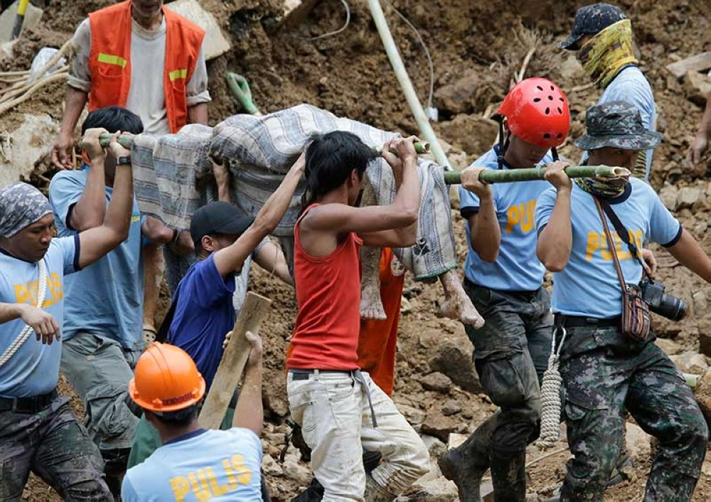 BENGUET. Rescuers retrieve a body at the site where victims are believed to have been buried by a landslide after Typhoon Ompong (Mangkhut) lashed Itogon, Benguet province, Monday, Sept. 17, 2018. (AP)