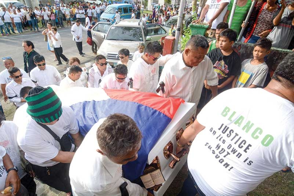 BURIAL. Ronda Mayor Mariano Blanco III was laid to rest at the town's Roman Catholic cemetery with thousands of townsfolk in attendance. He was killed by unidentified gunmen inside his office last Sept. 5. (SunStar photo/Arni Aclao)