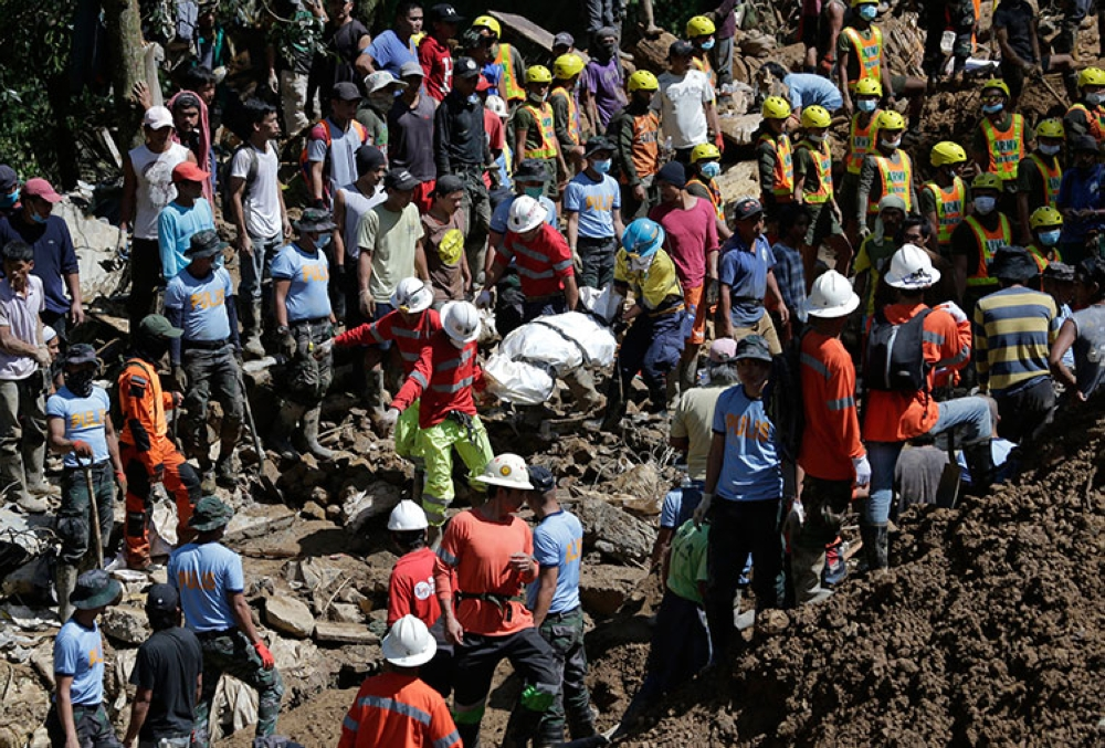 BENGUET. Rescuers carry a body recovered from the site where victims are believed to have been buried by a landslide triggered by Typhoon Ompong (Mangkhut) as it lashed across Itogon, Benguet, on September 18, 2018. (AP)