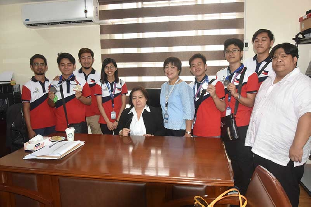 PAMPANGA. Governor Lilia Pineda receives the Kapampangan delegates of 2018 Asean Skills Competition in her office Monday morning, September 17. The delegates competed last August 31-September 2 in Bangkok, Thailand. (Contributed photo)