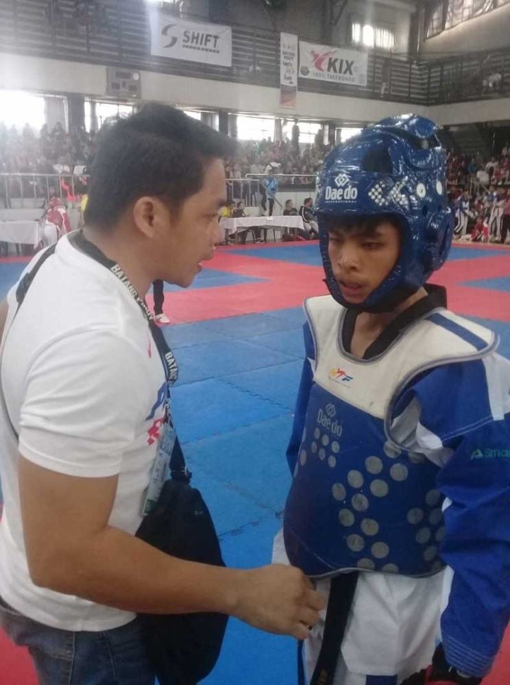 BAGUIO. Oro taekwondo head coach Ben Ree Toledo gives Harold Butaslac a pre-fight instruction. Butaslac wins gold on Tuesday, September 18, 2018, in the 2017-2018 Batang Pinoy National Championships in Baguio City. (Jaime A. Frias II)