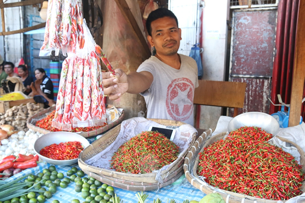 Feel the burn. If a kilo of red chili peppers is too expensive, vendors offer smaller packs so that consumers can still get their spicy fix. (SunStar Foto / Alex Badayos)