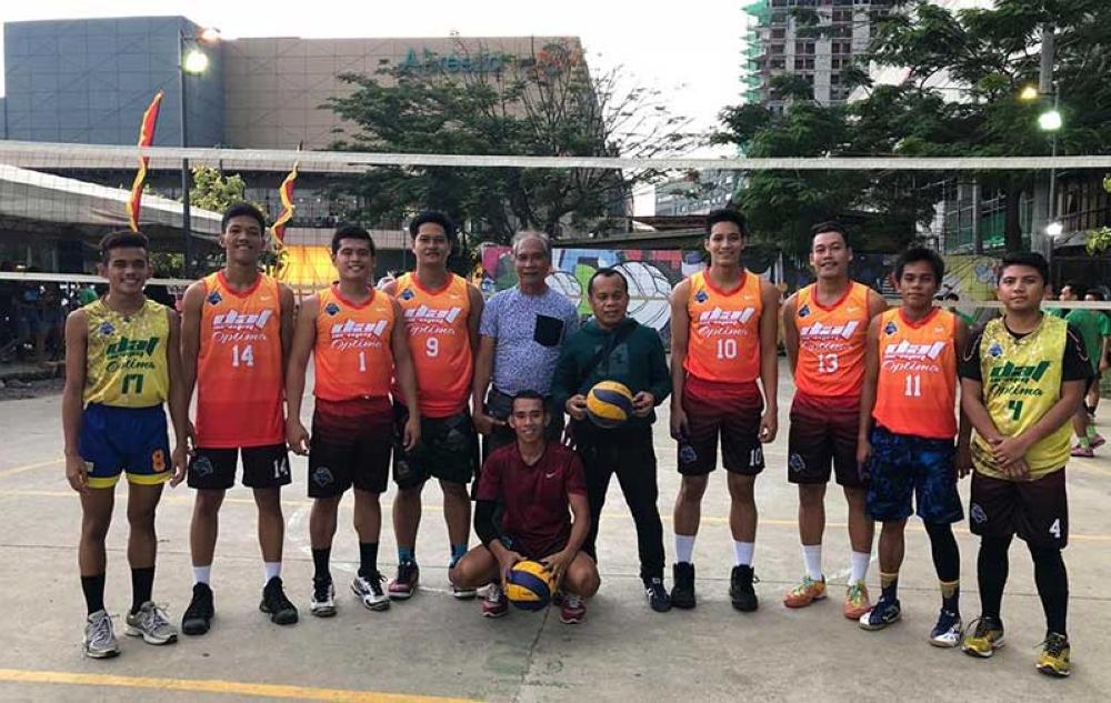 DAVAO. Malipayong nagpahulagway ang Davao Optima sa Department of Agriculture and Fisheries-Autonomous Region in Muslim Mindanao (DAF-Armm) men's team human mihari sa 5th Abreeza Kadayawan Open Volleyball Tournament didto sa Abreeza Ayala Mall parking lot. (Abet Bernan)