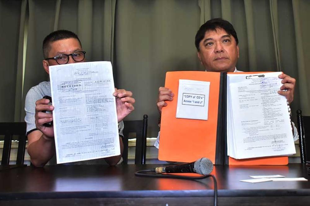 DAVAO. Gipakita sa abogado ni Paolo Duterte ang duha ka kasong libelo batok kang Senator Antonio Trillanes IV nga gipasaka Miyerkules, Septyembre 19, sa Davao City Prosecutor's Office. (Hulagway ni Macky Lim)