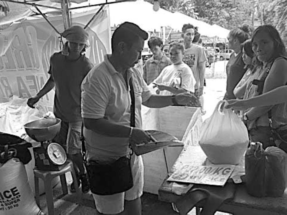 NFA RICE: Naglinya ang mga tawo didto sa Provincial Capitol compound niadtong Agusto dihang namaligya ang NFA og bugas atol sa pagsaulog sa Kapitolyo sa ika-449 founding anniversary. (Joseph Elvir C. Tubilan)