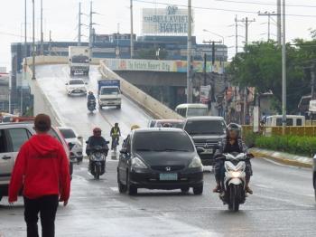 Viaduct sa Marcelo Fernan Bridge. Sa habig sa Lapulapu City side, dunay signage nga gibutang sa tunga sa M.L.Quezon Ave bahin sa pag-ayo sa airport-bound viaduct sa Marcelo Fernan Bridge. (Allan Cuizon)