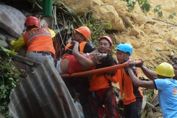 Buried. Rescuers pull out landslide victims in Sitio Sindulan, Brgy. Tina-an, City of Naga. (SunStar Foto / Alan Tangcawan)