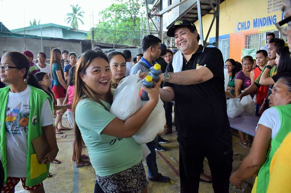 PAMPANGA. Vice Governor Dennis Pineda led the distribution of relief goods on Thursday, September 20, to at least 5,888 Guagua residents affected by flooding caused by the continuous rains brought by the southwest monsoon and Typhoon Ompong recently. (Contributed photo)
