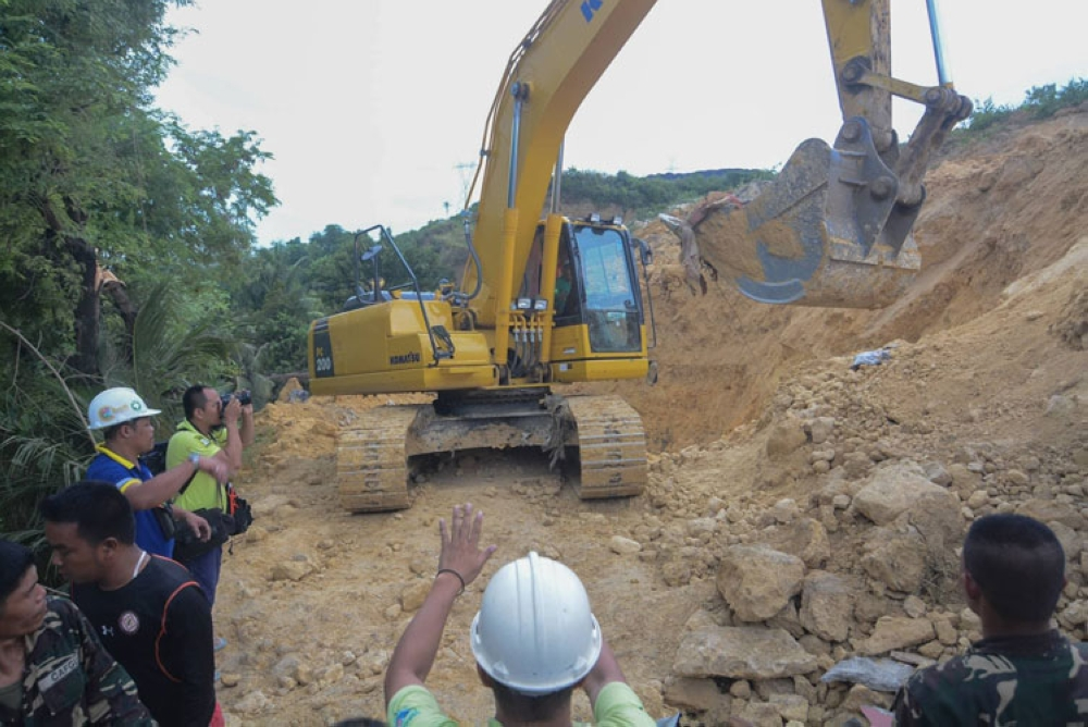 CEBU. Padayon ang search, rescue and retrieval operation sa landslide sa Tina-an, Naga. (Arni Aclao)