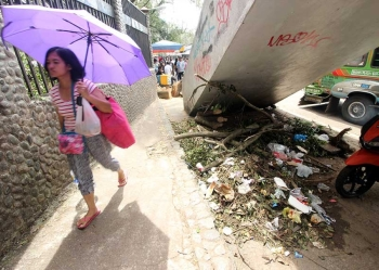 BAGUIO. A pile of trash was left below the overpass near Igorot Garden as street sweepers continue clean up at the central business district after the city was ravaged by Typhoon Ompong during the weekend. (Photo by Jean Nicole Cortes)