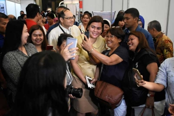 GROUFIE! Davao City Mayor Sara Duterte-Carpio was mobbed by visitors of the 20th Davao Agri Trade Expo to have their groufies taken as she also visited the exhibit held at the SMX Convention Center, SM Lanang Premier Thursday, September 20, 2018. Mark Perandos