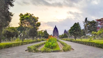 The pathway towards the main temple complex (Claire Marie Algarme)