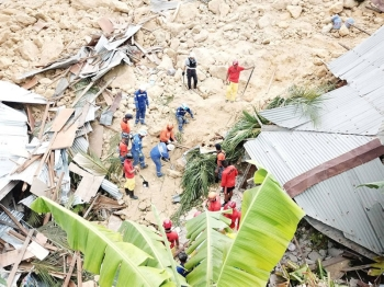 CEBU. Rescuers dig from the massive landslide that hit the City of Naga on Thursday, September 20, 2018, hoping to find survivors. (Allan Cuizon)