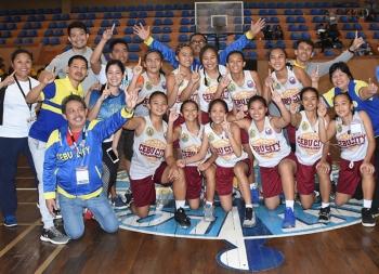 Selebrasyon. Ang Cebu City Ninos ni coach Eyu Abellanosa nga mapasigarbuhon nga nagpahulagway human nila malangkat kagahapon ang gold medal sa 5-on-5 basketball girls' divison sa Batang Pinoy didto sa Baguio City. (Tampo nga hulagway)