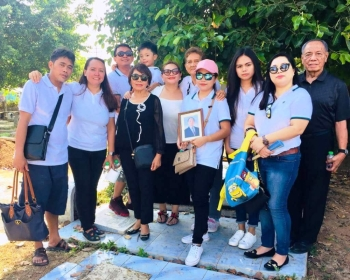 The family pose for posterity at the cemetery after the burial of Ben Asperin. L-R: Patrick, Maricris, Mike, the author, Jenee, Aning, Divine, Sofia, Jacklyn, and Nelson. (Debb Bautista)