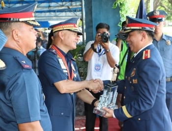 PAMPANGA. Police Director General Oscar Albayalde awards the Best Provincial Mobile Force Company to Police Superintendent Mike Masangkay, commander of the Pampanga 1st Provincial Mobile Force Company during Thursday's 117th Police Service Anniversary at Camp Olivas, Pampanga. Looking on is PRO-Central Luzon Director Police Chief Superintent Amador Corpus. (Chris Navarro)