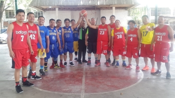 CAGAYAN DE ORO. Ballpals in NHA covered court, Barangay Kauswagan during their pre-Christmas inter-color games. (Lynde Salgados)
