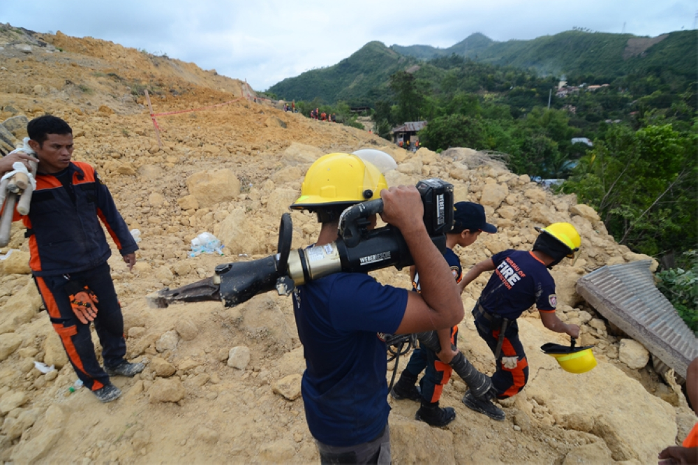 Rescue workers use drilling equipment to dig into the tons of soil that buried houses in Sitio Sindulan, Barangay Tina-an, City of Naga. (SunStar Foto / Alan Tangcawan)