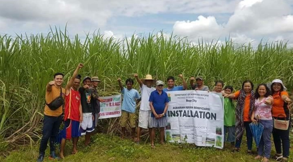 BACOLOD. The newly-installed ARBs of Barangay Binubuhan in Bago City with the personnel of DAR-Negros Occidental II during the installation rites Friday, September 21. (Contributed photo)