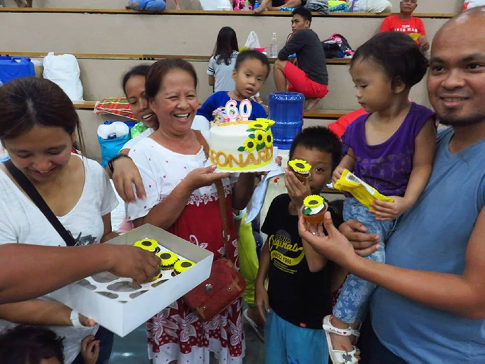Plenty to smile about. Leonarda Pañares, seen here with her children and grandchildren, celebrates her 60th birthday at the Enan Chiong Activity Center. (SunStar Foto / Allan Cuizon)