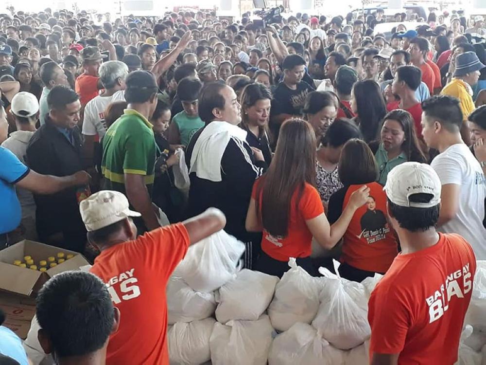 PAMPANGA. Vice Governor Dennis Pineda leads the distribution of more than 7,000 food packs to affected families who were hit by Typhoon Ompong. With him are PDRRMO head Angelina Blanco, Mayor Danilo Baylon and members of the Sangguniang Bayan. (Pampanga PIO)