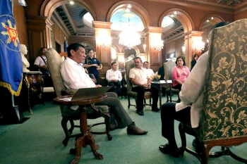 MANILA. In this file photo, President Rodrigo Duterte discusses matters with Agriculture Secretary Emmanuel Piñol, Land Bank of the Philippines President and CEO Alex Buenaventura, and Development Bank of the Philippines Chairman Alberto Romulo during a meeting at the Malacañan Palace on September 19, 2018. (Presidential file photo)