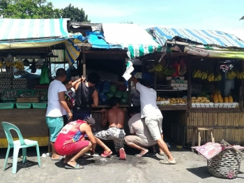 BACOLOD. Vendors at Daniel Ramos Street and Burgos Public Market oblige to remove and repair their stalls on Friday.