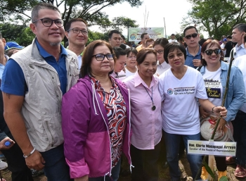 PAMPANGA. Speaker of the House Rep. Gloria Macapagal Arroyo, Governor Lilia Pineda, CSC chairperson Alice Dela Rosa-Bala, DENR Asec. Marcos Fragada and PENRO Head Laudemir Salac in posterity during the tree planting activity as part of CSC's 118th anniversary. (Jun Jaso/Pampanga PIO)