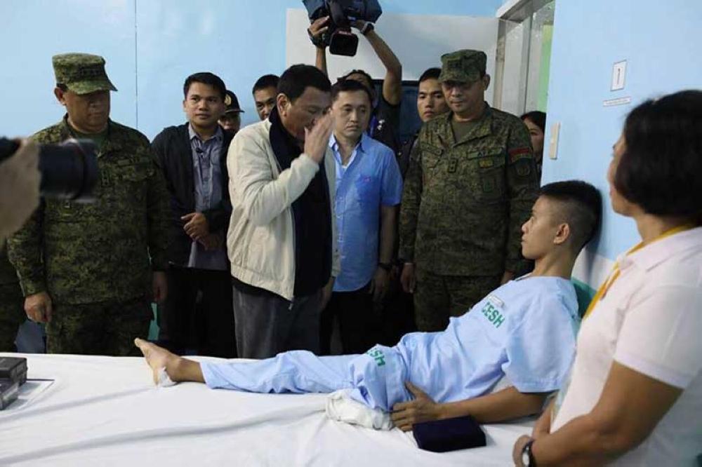 CAGAYAN DE ORO. President Rodrigo Duterte salutes a soldier whose left leg was amputated at the Camp Evangelista Station Hospital in Cagayan de Oro City. (Photo from Bong Go Facebook)
