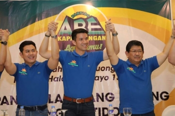 PAMPANGA. Angeles City Mayor Edgardo Pamintuan (right), chairman of Abe Kapampangan Party, Vice Mayor Bryan Matthew C. Nepomuceno and Councilor Edu Pamintuan raise each other's hands during the party's recent general assembly. (Photo by Chris Navarro)