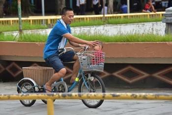 DAVAO. Gilingaw sa usa ka amahan ang iyang anak nga iyang gisakay sa bisekleta didto sa Magsaysay Park, Davao City. Ang maong parke usa sa pinakakaraan ug sikat nga suruyanan sa Davao City gikan pa dekada 80. (Macky Lim)