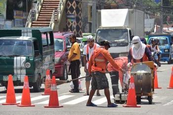 DAVAO. Okupado ang mga trabahante sa pagbutang og timailhan alang sa pedestrian lane aron luwas manabok ang katawhan labi na ang mga estudyante atubangan sa usa ka tunghaan sa Cabaguio Avenue, Davao City. (Macky Lim)