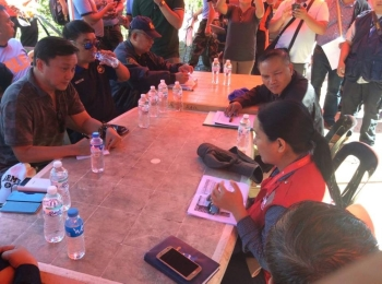 BENGUET. Secretary Francis Tolentino meets with Itogon officials and regional line agency heads at level 070 Ucab over the weekend. (Photo by Jonathan Llanes)