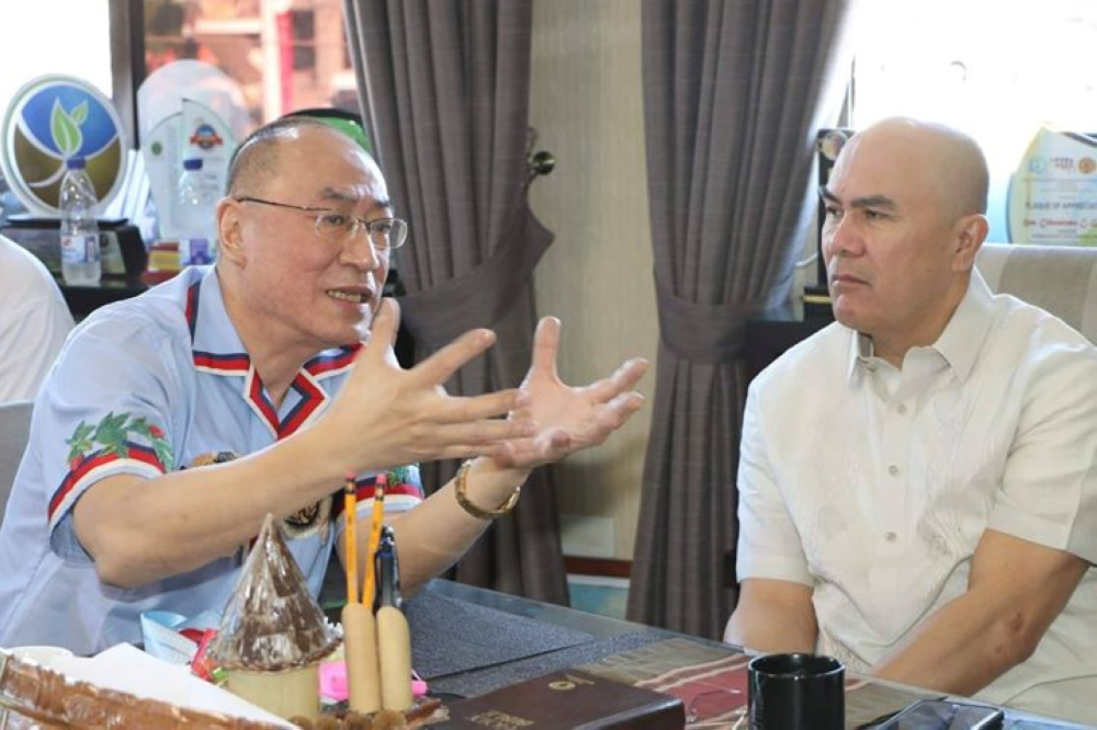 PAMPANGA. Globe Asiatique Realty Holdings Corporation president Delfin Lee (left) explains to Mabalacat City Mayor Cris Garbo on September 24, 2018 that he has a moral obligation to homeowners of Xevera Mabalacat. Garbo, for his part, welcomed Lee and assured him that the local government has taken good care of the city hall which Lee donated a few years ago. (Photo by Chris Navarro)