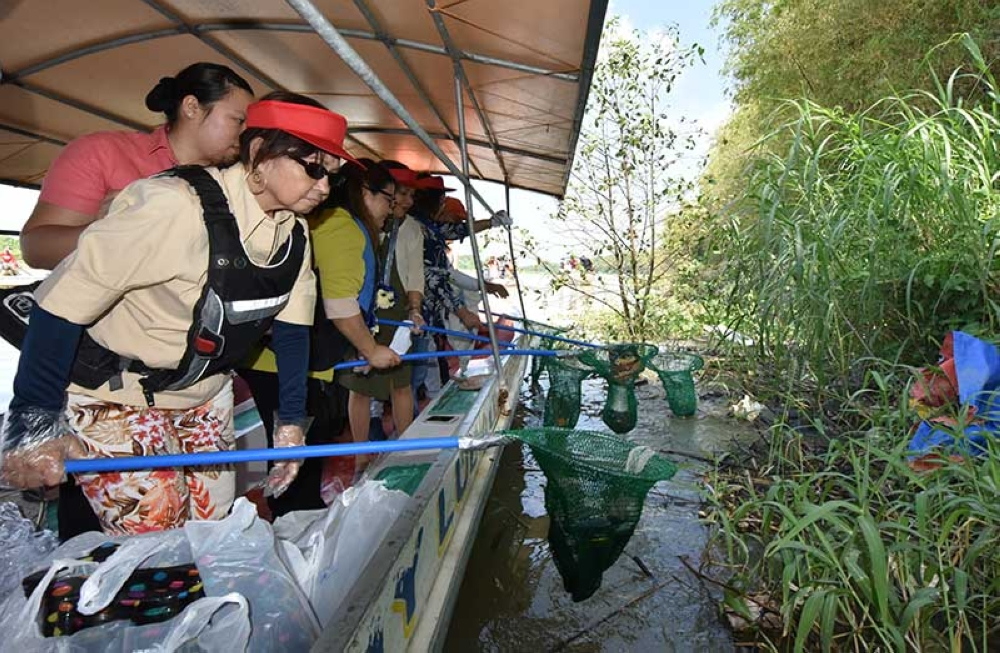 PAMPANGA. House Speaker Gloria Macapagal Arroyo, Lubao Mayor Mylyn Cayabyab, Senator Cynthia Villar and Pampanga Governor Lilia Pineda lead the cleanup of Lubao River, which leads to Manila Bay. (Photo contributed by Pampanga PIO)