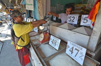 DAVAO. Usa ka lalaki ang gitaksan og bugas sa tindero sa usa ka tindahan sa Agdao Public Market, Davao City. Makita ang mga placards sa presyo nga mahal na kaayo diin luyo niini ang Department of Trade and Industry (DTI) nagbutyag nga mapalit na sab sa di madugay ang tag P27 ang kilo sa National Food Authority (NFA) rice subay sa paglagda sa usa ka memorandum of agreement uban sa Philippine Amalgamated Supermarkets Association (Pagasa) nga mapalit ang NFA rice sa maong presyo sa supermarket nationwide. (Macky Lim)